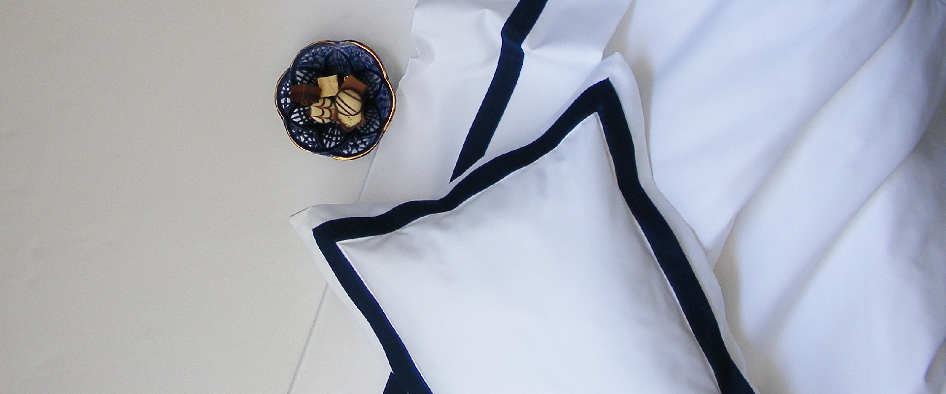 Falucca   signature collection   double oxford midnigt on white   resized slider   online shop   home page